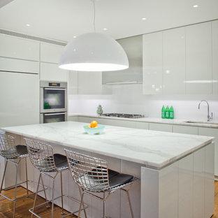 Esempio di una cucina minimal con top in marmo