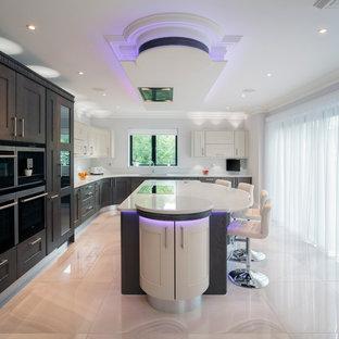 Пример оригинального дизайна: угловая кухня среднего размера в современном стиле с врезной раковиной, фасадами в стиле шейкер, темными деревянными фасадами и островом