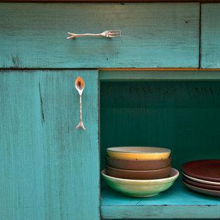 ボストンの大きいエクレクティックスタイルのおしゃれなキッチン (エプロンフロントシンク、フラットパネル扉のキャビネット、ターコイズのキャビネット、クオーツストーンカウンター、グレーのキッチンパネル、シルバーの調理設備の、無垢フローリング) の写真