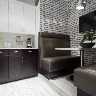 エドモントンの中くらいのコンテンポラリースタイルのおしゃれなキッチン (落し込みパネル扉のキャビネット、濃色木目調キャビネット、クオーツストーンカウンター、グレーのキッチンパネル、レンガのキッチンパネル、シルバーの調理設備、無垢フローリング) の写真