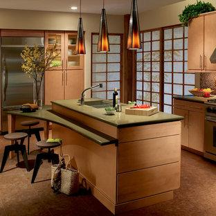 Esempio di una cucina chic di medie dimensioni con lavello a doppia vasca, ante lisce, ante in legno chiaro, top in superficie solida, paraspruzzi rosso, paraspruzzi con piastrelle a mosaico, elettrodomestici in acciaio inossidabile, pavimento in sughero e isola