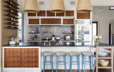 Houzz Tour: Contemporary Canadian Lake House Warms and Welcomes