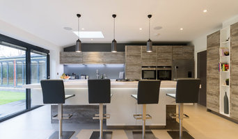 Contemporary Open Plan Kitchen with Wood Finish