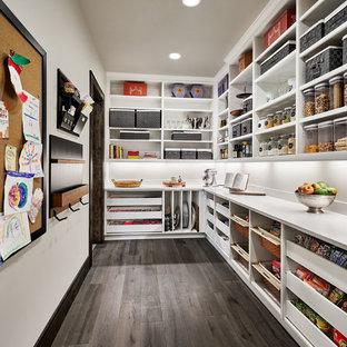 ポートランドの広いカントリー風おしゃれなキッチン (オープンシェルフ、白いキャビネット、クオーツストーンカウンター、白いキッチンパネル、濃色無垢フローリング、アイランドなし、茶色い床、白いキッチンカウンター) の写真