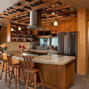 アルバカーキのサンタフェスタイルのおしゃれなキッチン (シェーカースタイル扉のキャビネット、中間色木目調キャビネット、マルチカラーのキッチンパネル、シルバーの調理設備) の写真