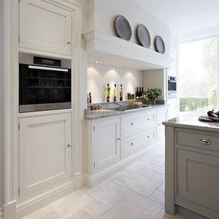 Inspiration för ett mellanstort vintage kök med öppen planlösning, med granitbänkskiva, marmorgolv, en köksö, luckor med profilerade fronter och rostfria vitvaror