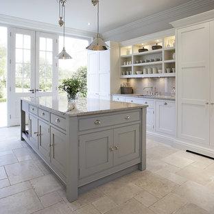 Diseño de cocina tradicional renovada, de tamaño medio, abierta, con puertas de armario grises, encimera de granito, suelo de mármol, una isla y armarios con rebordes decorativos