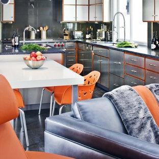 サンタバーバラの大きいインダストリアルスタイルのおしゃれなキッチン (シルバーの調理設備の、ステンレスキャビネット、シングルシンク、フラットパネル扉のキャビネット、クオーツストーンカウンター、メタリックのキッチンパネル、ガラス板のキッチンパネル、磁器タイルの床) の写真
