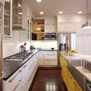 Idéer för ett klassiskt kök, med rostfria vitvaror, gula skåp, en rustik diskho, vitt stänkskydd och stänkskydd i tunnelbanekakel