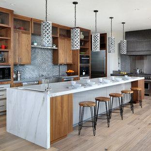 Exemple d'une grand cuisine américaine tendance en L avec un évier encastré, un placard sans porte, des portes de placard en bois brun, une crédence multicolore, un électroménager en acier inoxydable, un sol en bois clair, un îlot central, un plan de travail en marbre, une crédence en mosaïque et un sol beige.