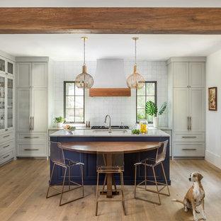 Idéer för medelhavsstil kök, med en undermonterad diskho, skåp i shakerstil, grå skåp, vitt stänkskydd, ljust trägolv och beiget golv