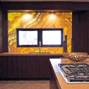 Idee per una grande cucina contemporanea con ante lisce, ante marroni, top in quarzo composito, elettrodomestici da incasso, pavimento in gres porcellanato, 2 o più isole, lavello sottopiano, paraspruzzi giallo e paraspruzzi con piastrelle di vetro