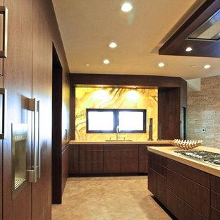 オレンジカウンティの大きいコンテンポラリースタイルのおしゃれなキッチン (アンダーカウンターシンク、フラットパネル扉のキャビネット、濃色木目調キャビネット、人工大理石カウンター、黄色いキッチンパネル、ガラスタイルのキッチンパネル、シルバーの調理設備の、磁器タイルの床) の写真