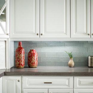Свежая идея для дизайна: отдельная, угловая кухня среднего размера в современном стиле с фасадами с выступающей филенкой, белыми фасадами, столешницей из переработанного стекла, фартуком цвета металлик и фартуком из плитки кабанчик - отличное фото интерьера