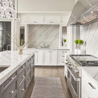 Große Klassische Wohnküche mit Waschbecken, Schrankfronten im Shaker-Stil, weißen Schränken, Quarzit-Arbeitsplatte, Küchenrückwand in Grau, Rückwand aus Stein, Küchengeräten aus Edelstahl, dunklem Holzboden, Kücheninsel und grauem Boden in Chicago