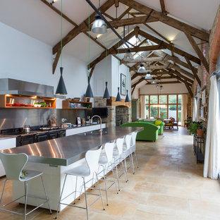 Exempel på ett lantligt grå grått kök, med en dubbel diskho, bänkskiva i rostfritt stål, stänkskydd med metallisk yta, en köksö och beiget golv