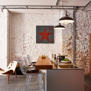 Foto di una piccola cucina industriale con lavello sottopiano, pavimento in gres porcellanato e isola