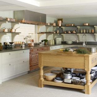 Удачное сочетание для дизайна помещения: большая угловая кухня в стиле современная классика с островом, белым фартуком, фартуком из плитки кабанчик, накладной раковиной, фасадами с утопленной филенкой, столешницей из дерева, цветной техникой и полом из известняка - самое интересное для вас