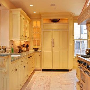 Ispirazione per una cucina vittoriana di medie dimensioni con lavello sottopiano, ante con bugna sagomata, ante beige, top in marmo, paraspruzzi multicolore, paraspruzzi con piastrelle di vetro, elettrodomestici in acciaio inossidabile, pavimento in gres porcellanato e isola