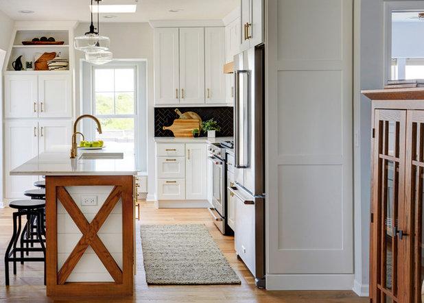 Coastal Kitchen by The Kitchen Studio of Glen Ellyn