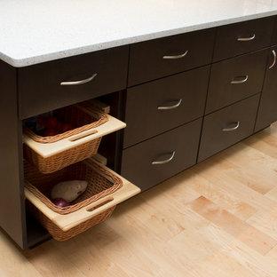 Idéer för stora funkis vitt kök, med en enkel diskho, släta luckor, skåp i mörkt trä, bänkskiva i kvarts, flerfärgad stänkskydd, stänkskydd i glaskakel, rostfria vitvaror, ljust trägolv, en köksö och gult golv