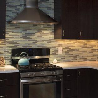 Inspiration för ett stort funkis vit vitt kök, med en enkel diskho, släta luckor, skåp i mörkt trä, bänkskiva i kvarts, flerfärgad stänkskydd, stänkskydd i glaskakel, rostfria vitvaror, ljust trägolv, en köksö och gult golv