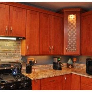 Mittelgroße Moderne Wohnküche in U-Form mit Unterbauwaschbecken, Schrankfronten mit vertiefter Füllung, hellbraunen Holzschränken, Granit-Arbeitsplatte, Küchenrückwand in Blau, Rückwand aus Steinfliesen, schwarzen Elektrogeräten, Porzellan-Bodenfliesen und Kücheninsel in Sonstige