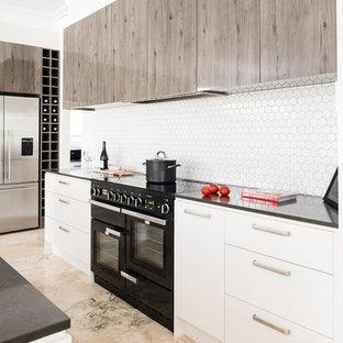 Offene, Geräumige Moderne Küche in L-Form mit Unterbauwaschbecken, flächenbündigen Schrankfronten, hellen Holzschränken, Quarzwerkstein-Arbeitsplatte, Küchenrückwand in Weiß, Rückwand aus Mosaikfliesen, schwarzen Elektrogeräten, Marmorboden, Kücheninsel und rosa Boden in Melbourne