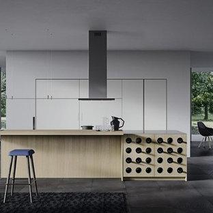 ニューヨークの広いモダンスタイルのおしゃれなキッチン (アンダーカウンターシンク、フラットパネル扉のキャビネット、グレーのキャビネット、珪岩カウンター、ガラス板のキッチンパネル、シルバーの調理設備、磁器タイルの床) の写真