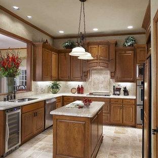 Klassische Küche mit Küchengeräten aus Edelstahl und Rückwand aus Travertin in Dallas