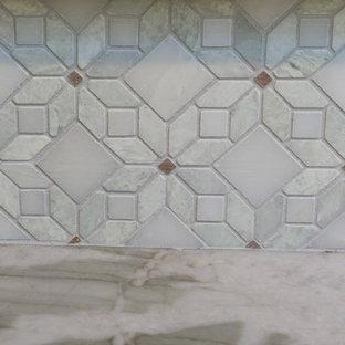 Idéer för att renovera ett mellanstort rustikt flerfärgad flerfärgat kök, med en rustik diskho, skåp i shakerstil, gröna skåp, bänkskiva i kvartsit, flerfärgad stänkskydd, rostfria vitvaror, ljust trägolv, en köksö och gult golv