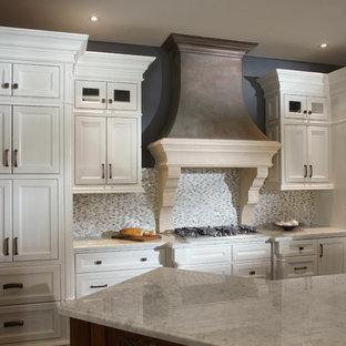 Exempel på ett avskilt, mellanstort modernt linjärt kök, med en undermonterad diskho, luckor med infälld panel, vita skåp, bänkskiva i kvarts, flerfärgad stänkskydd, stänkskydd i stickkakel, rostfria vitvaror och travertin golv