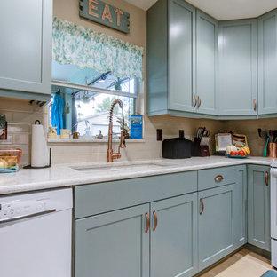 Foto de cocina en U, bohemia, pequeña, cerrada, con fregadero bajoencimera, armarios estilo shaker, puertas de armario turquesas, encimera de cuarzo compacto, salpicadero beige, electrodomésticos blancos y encimeras turquesas