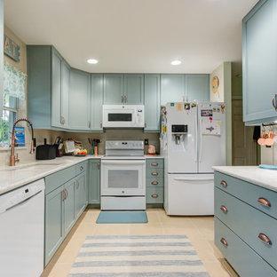 Idée de décoration pour une petit cuisine bohème en U fermée avec un évier encastré, un placard à porte shaker, des portes de placard turquoises, un plan de travail en quartz modifié, une crédence beige, un électroménager blanc et un plan de travail turquoise.