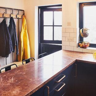サセックスの小さいインダストリアルスタイルのおしゃれなキッチン (エプロンフロントシンク、シェーカースタイル扉のキャビネット、青いキャビネット、銅製カウンター、白いキッチンパネル、サブウェイタイルのキッチンパネル、シルバーの調理設備) の写真