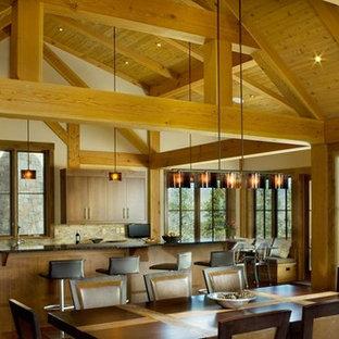 デンバーのトランジショナルスタイルのおしゃれなキッチン (フラットパネル扉のキャビネット、中間色木目調キャビネット、御影石カウンター、ベージュキッチンパネル、ガラスタイルのキッチンパネル、シルバーの調理設備、濃色無垢フローリング) の写真