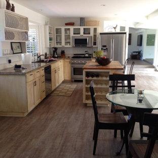 サンディエゴのビーチスタイルのおしゃれなキッチン (アンダーカウンターシンク、シェーカースタイル扉のキャビネット、淡色木目調キャビネット、御影石カウンター、グレーのキッチンパネル、クッションフロア) の写真