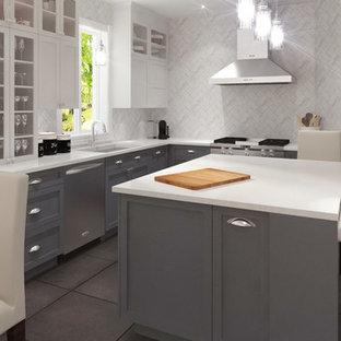 Große Moderne Wohnküche in L-Form mit Unterbauwaschbecken, Schrankfronten im Shaker-Stil, grauen Schränken, Mineralwerkstoff-Arbeitsplatte, Küchenrückwand in Weiß, Rückwand aus Marmor, Küchengeräten aus Edelstahl, Kücheninsel, schwarzem Boden und weißer Arbeitsplatte in Montreal