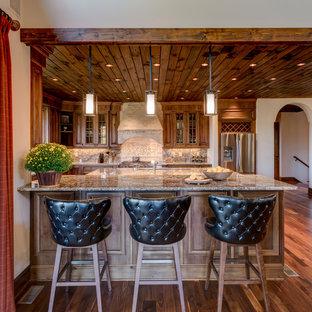 Exempel på ett rustikt flerfärgad flerfärgat kök, med luckor med glaspanel, skåp i mellenmörkt trä, flerfärgad stänkskydd, mellanmörkt trägolv och en halv köksö