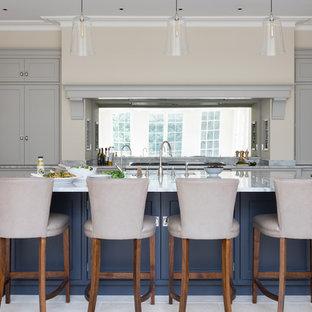 Idéer för stora vintage grått kök, med skåp i shakerstil, grå skåp, spegel som stänkskydd, rostfria vitvaror, en köksö och beiget golv