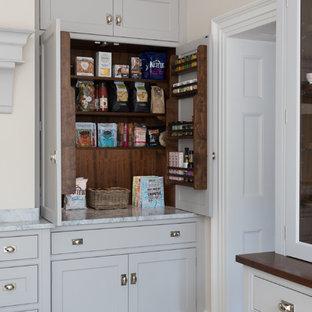 Idées déco pour une grande cuisine classique avec un placard à porte shaker, des portes de placard grises, un sol beige et un plan de travail gris.