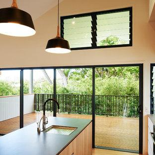 Esempio di una grande cucina con lavello sottopiano, ante in legno chiaro, top piastrellato, paraspruzzi a finestra, elettrodomestici in acciaio inossidabile, parquet chiaro, isola e top grigio