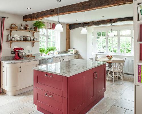 Große Landhaus Wohnküche Mit Doppelwaschbecken, Roten Schränken,  Granit Arbeitsplatte, Elektrogeräten Mit Frontblende