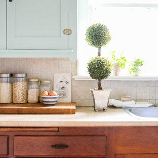 Idéer för att renovera ett litet lantligt kök, med en dubbel diskho, skåp i shakerstil, skåp i mellenmörkt trä, laminatbänkskiva, beige stänkskydd, stänkskydd i mosaik och mellanmörkt trägolv