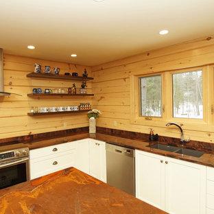 Ispirazione per una cucina stile rurale di medie dimensioni con lavello sottopiano, ante in stile shaker, ante bianche, top in granito, paraspruzzi marrone, paraspruzzi in legno, elettrodomestici in acciaio inossidabile, pavimento in legno massello medio, isola, pavimento marrone e top arancione