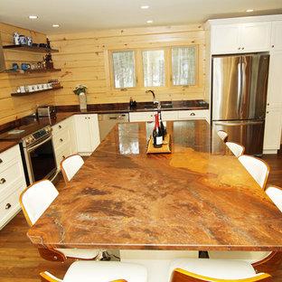 Foto di una cucina stile rurale di medie dimensioni con lavello sottopiano, ante in stile shaker, ante bianche, top in granito, paraspruzzi marrone, paraspruzzi in legno, elettrodomestici in acciaio inossidabile, pavimento in legno massello medio, isola, pavimento marrone e top arancione