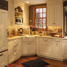 Farmhouse Kitchen by NORTH STAR KITCHENS