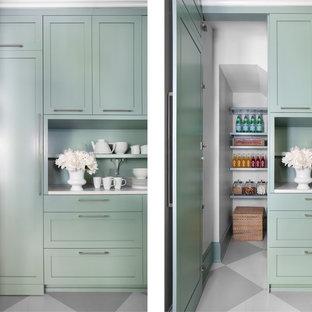 Ejemplo de cocina actual con puertas de armario verdes y armarios estilo shaker