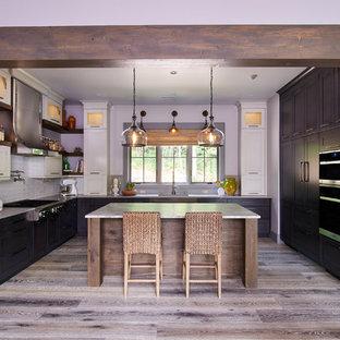 Удачное сочетание для дизайна помещения: п-образная кухня в стиле современная классика с врезной раковиной, фасадами с утопленной филенкой, белыми фасадами, столешницей из кварцита, белым фартуком, фартуком из керамической плитки, техникой из нержавеющей стали, темным паркетным полом, островом, серым полом и серой столешницей - самое интересное для вас