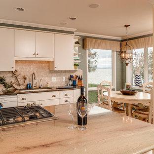 他の地域の中サイズのエクレクティックスタイルのおしゃれなキッチン (ドロップインシンク、フラットパネル扉のキャビネット、白いキャビネット、御影石カウンター、白いキッチンパネル、石タイルのキッチンパネル、シルバーの調理設備、クッションフロア、グレーのキッチンカウンター) の写真